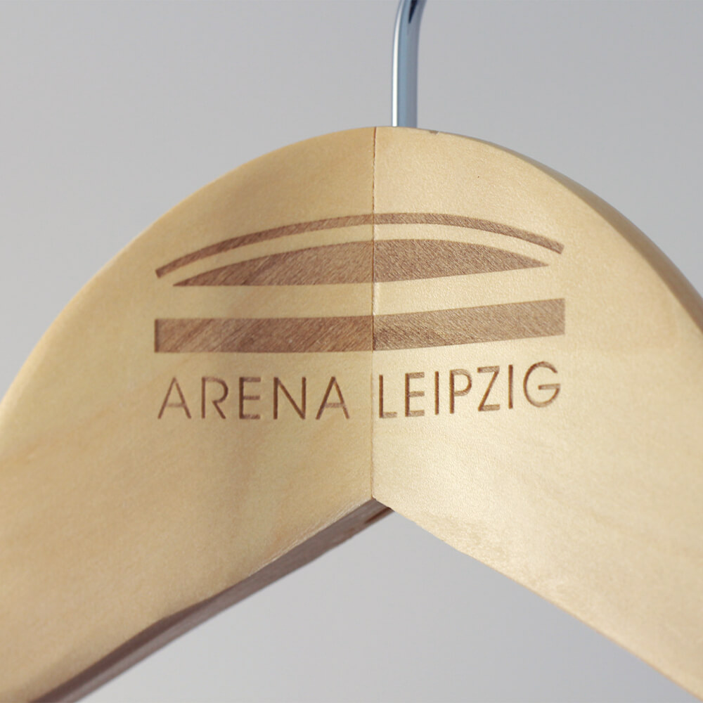 arena-leipzig-kleiderbuegel-gravur