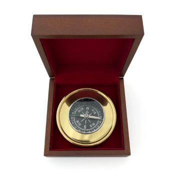 kleiner kompass mit gravur auf holzbox