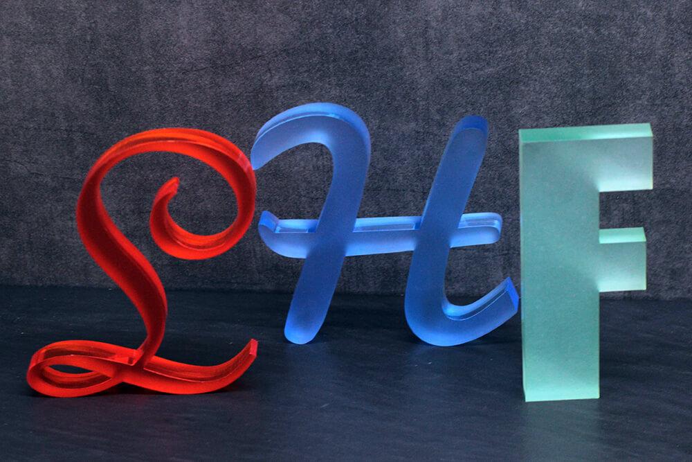 Plexiglas Zuschnitt bunte Buchstaben